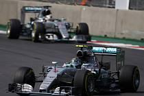 Nico Rosberg před stájovým kolegou Lewisem Hamiltonem ve Velké ceně Mexika.