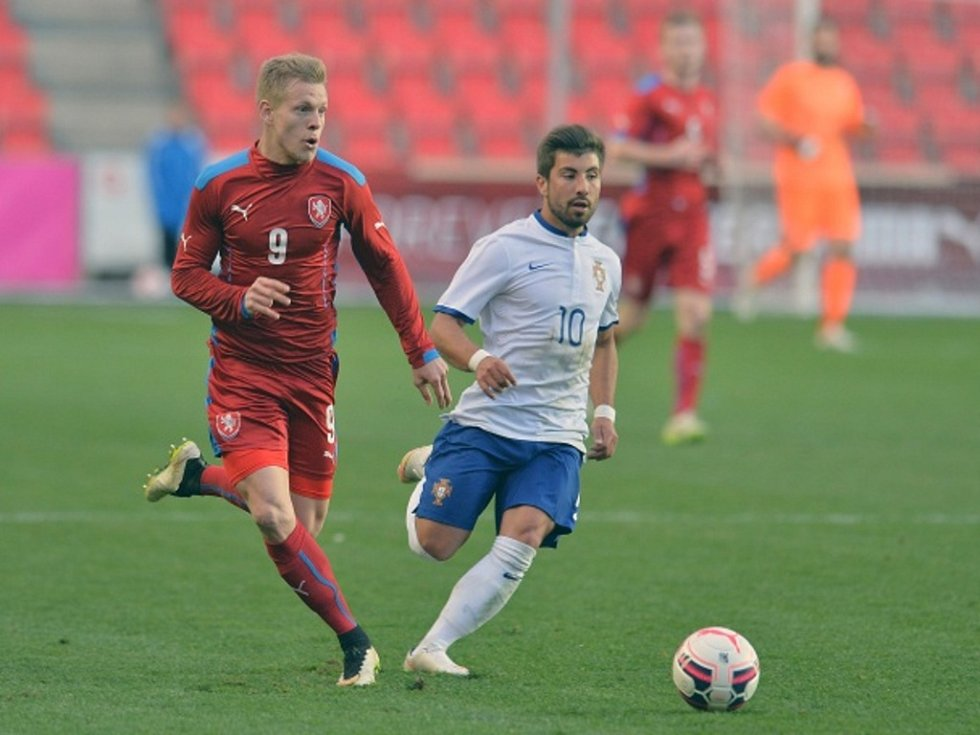 Reprezentant do jednadvaceti let Matěj Vydra (vlevo) a Tozé z Portugalska.