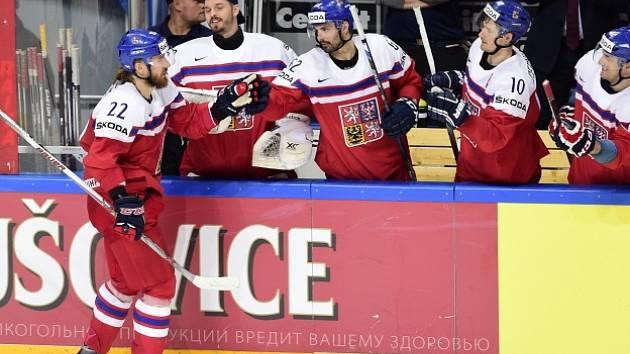 Lukáš Kašpar se raduje se spoluhráči z rozhodujícího gólu v samostatných nájezdech.