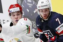 Bělorus Roman Dyukov bojuje o puk s J.T. Compherem