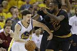 Klay Thompson z Golden State (vlevo) a LeBron James z Clevelandu.