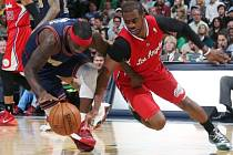 Ty Lawson z Denveru (vlevo) a Chris Paul z LA Clippers.