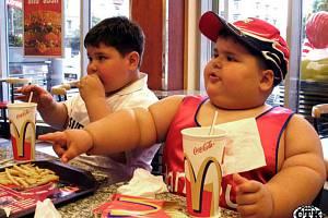 Obézní děti v McDonaldu ilustrační foto