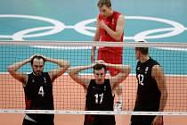 Kanadští volejbalisté během čtvrtfinále s Ruskem.