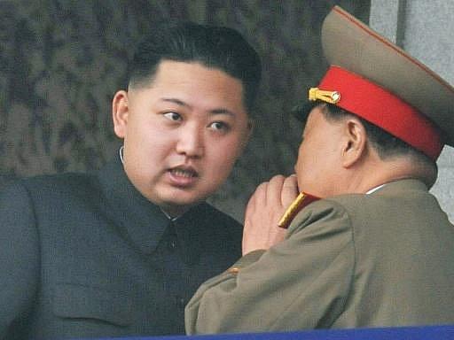 Na archivním snímku je severokorejský vůdce Kim Čong-il a jeho nejmladší syn a následník Kim Čong-un.