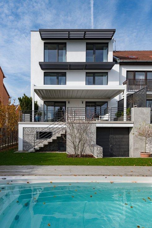 Přes terasu a po nově zbudovaném venkovním schodišti vede cesta do zahrady, na které relativně dost místa zabírá bazén.