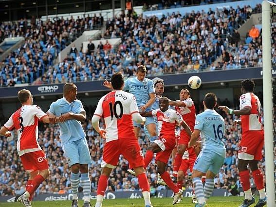 Edin Džeko se stal jedním z hrdinů Manchesteru City.
