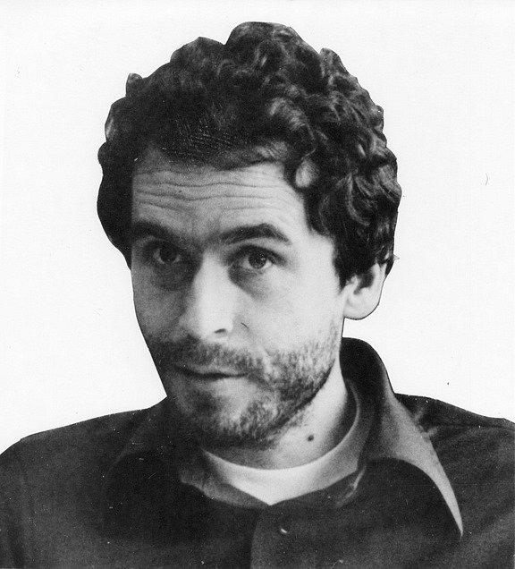 Hledaný muž. Poté, co vrah Ted Bundy v roce 1977 utekl z vězení, FBI v materiálech o hledaných osobách uveřejnila tuto Bundyho fotku.