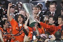 Šachtar Doněck slaví zisk Poháru UEFA. Jeho jméno bude v této slavné soutěži vyryto jako poslední.