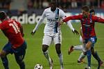 Yaya Touré z Manchesteru City (v bílém) kličkuje mezi fotbalisty Plzně Pavlem Horváthem (vlevo) a Janem Kovaříkem.