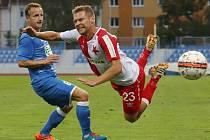 Karel Piták ze Slavie (vpravo) padá po střetu s hráčem Ústí.