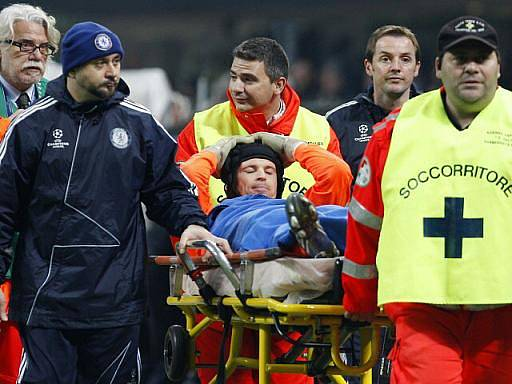 Gólman Chelsea Petr Čech nedochytal kvůli poraněnému lýtku úvodní osmifinále fotbalové Ligy mistrů proti Interu Milán.