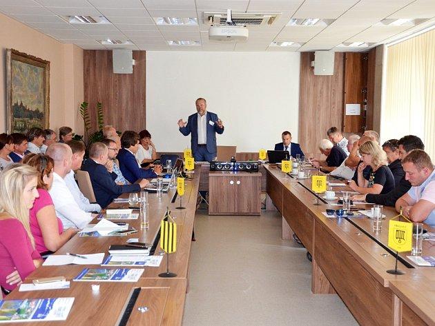Jan Skalický představuje účastníkům setkání Akční plán splavnění Labe do Pardubic neboli Přeloučské desatero.
