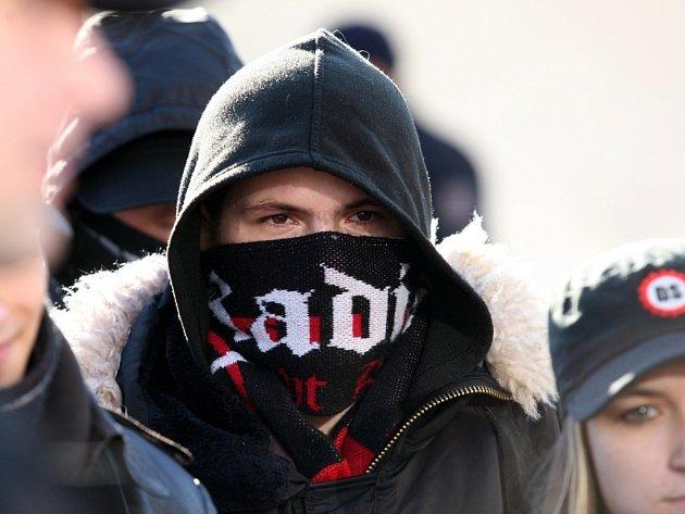 Třicet členů nacionální a krajně pravicové Dělnické strany (DS) procházelo v sobotu 24. ledna od 11 do 13 hodin sídlištěm Janov v Litvínově, kde žije početná romská komunita a kde loni nacionalisté zahájili protiromské demonstrace.