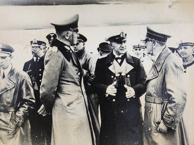 Joseph Goebbels (vlevo).