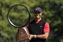 Americký golfista Tiger Woods pózuje s trofejí po vítězství na turnaji Zozo Championship v Čibě.