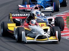 Němec Nico Hulkenberg se snaží udržet první pozici před dotírajícím Robbie Kerrem z Velké Británie.