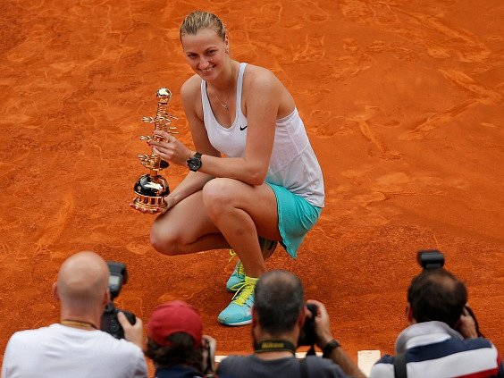 Petra Kvitová s trofejí za triumf v Madridu