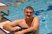 Miroslav Smrčka trénuje v bazénu.