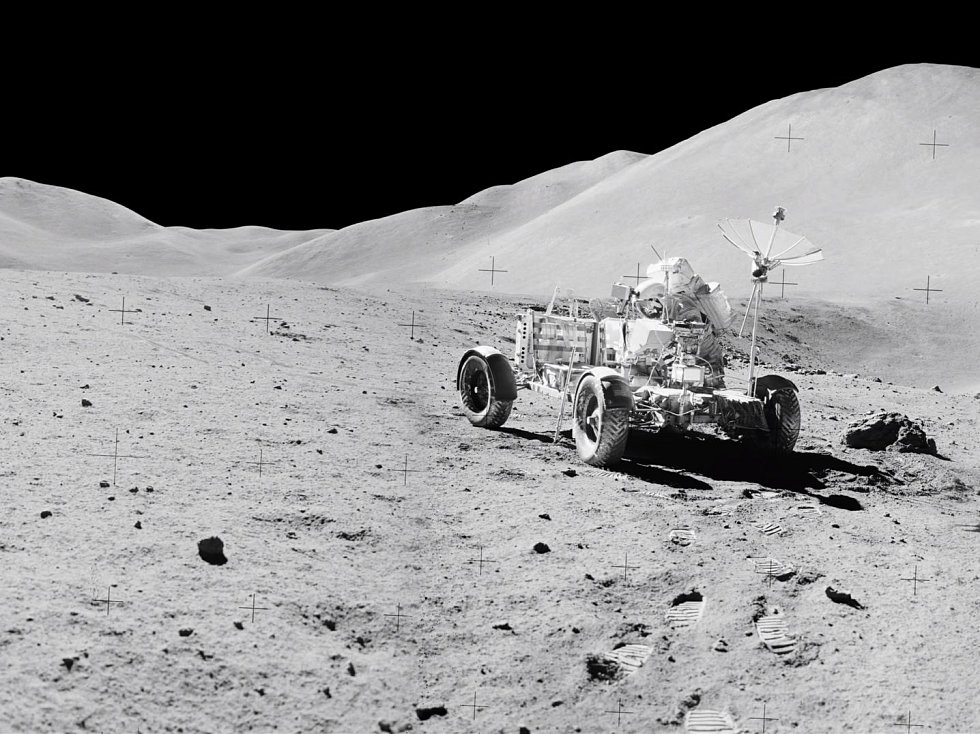 Lunární rover zachycený na záběrech, zaostřených umělou inteligencí