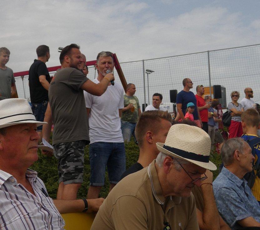 Můj fotbal živě:  Dolní Břežany  -  Zlatníky. Reprezentační kouč byl i dál terčem pozornosti.