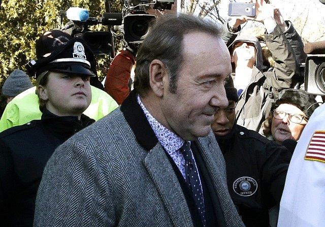 Kevin Spacey přichází k soudu, který projednává jeho obvinění ze sexuálního obtěžování osmnáctiletého mladíka.