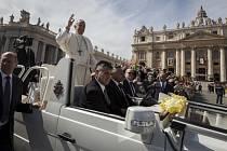 Papež v procesí s palmovými ratolestmi