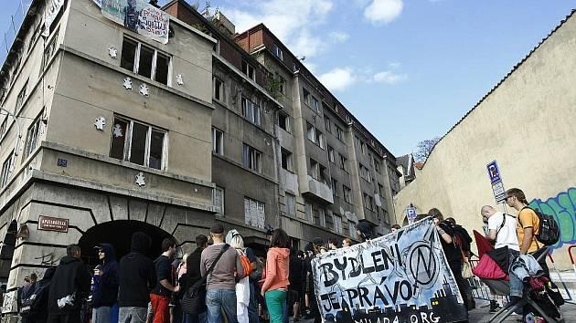 Squatteři se vydali 12. září 2009 na pochod z Palackého náměstí v Praze, aby se pokusili obsadit nový opuštěný dům v Apolinářské ulici na Novém Městě. Podařilo se to jen hrstce z nich. Ostatním zabránila ve vstupu do domu policie.