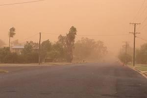 Písečná bouře v Austrálii. Městečko Charleville.