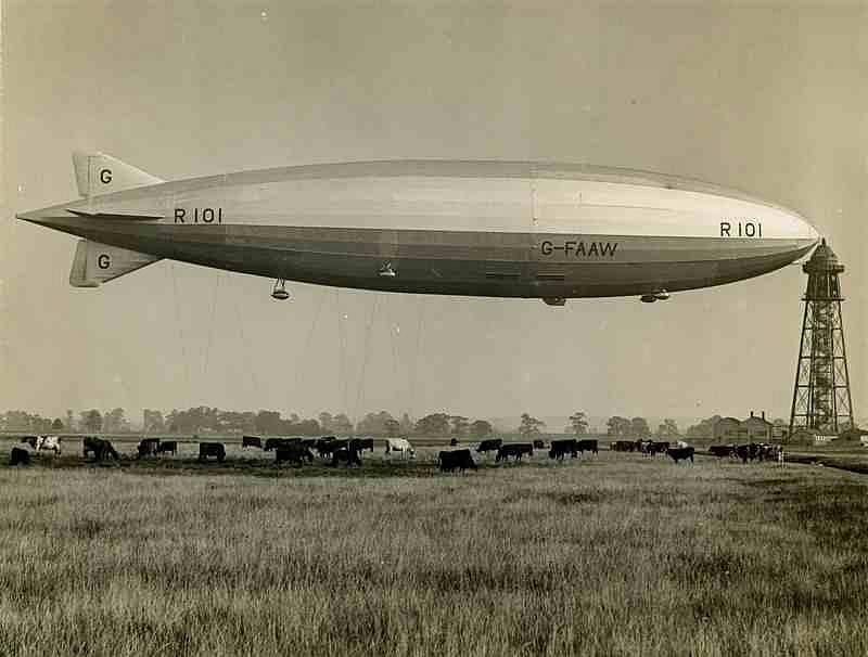 Způsob ukotvení vzducholodi k pylonu při přistání, zde konkrétně v britském Cardingtonu