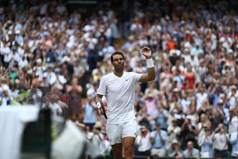 Rafael Nadal se na Wimbledonu raduje z vítězství nad Portugalcem Sousu.