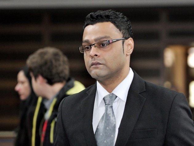 Remus Raju Anthraper podle spisu v červnu 2012 napadl svou přítelkyni, která na následky zranění později zemřela.