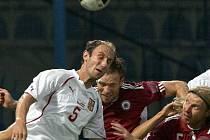 Michal Hubník absolvuje hlavičkový souboj v přátelksém utkání s Lotyšskem.