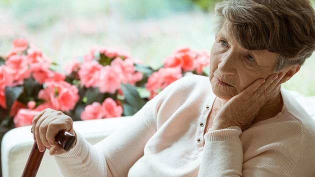 V USA schválili nový lék na Alzheimerovu chorobu. Jeho schválení vyvolalo v zemi vlnu naděje i skepticismu a kritiky.