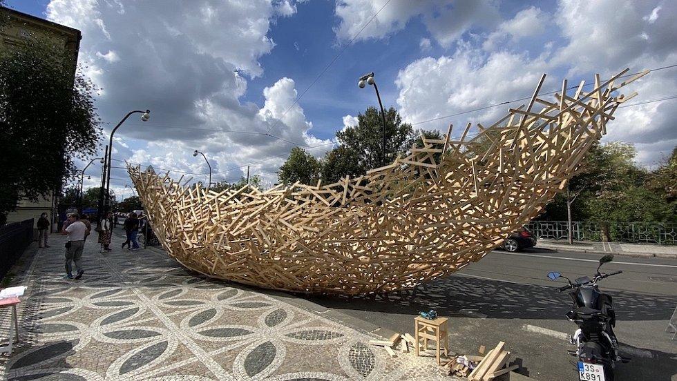 Socha Wooden Cloud ještě na svém provizorním místě na Smetanově nábřeží, odkud zamířila do Holešovic