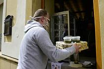 Výdej pizzy v restauraci v Olomouci