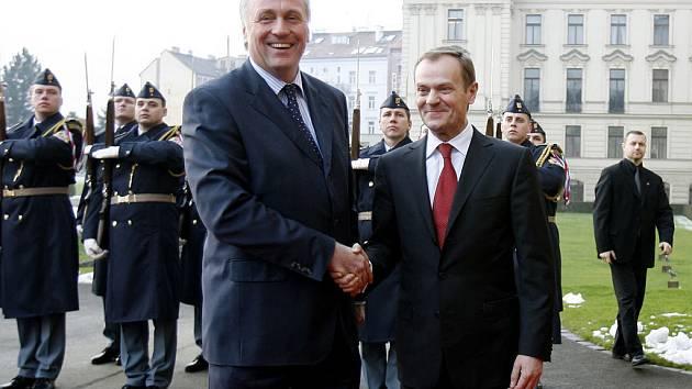 Premiér Mirek Topolánek se sešel se svým polským protějškem Donaldem Tuskem (vpravo), který byl v Praze na oficiální návštěvě.