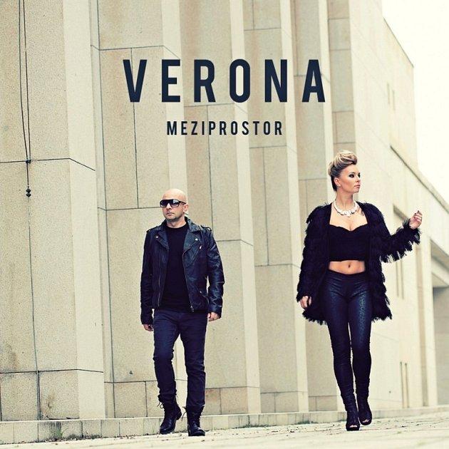 Skupina Verona tvořená Peterem Fiderem a Markétou Jakšlovou natočila novinku Meziprostor spopověji laděnými písněmi