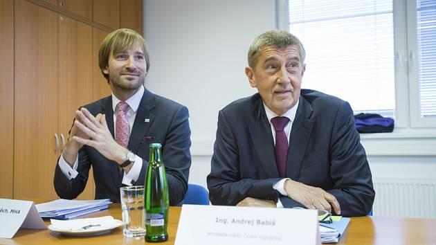 Premiér Andrej Babiš (vpravo) a ministr zdravotnictví Adam Vojtěch jednali 25. února 2020 v rámci návštěvy Středočeského kraje v benešovské nemocnici s jejím vedením