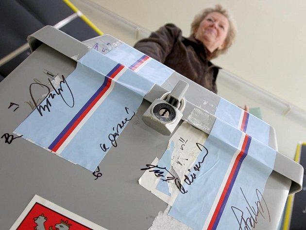 V České republice začalo druhé kolo voleb do Senátu