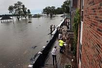USA-počasí-záplavy - Rozvodněná řeka Mississippi v St. Louis.