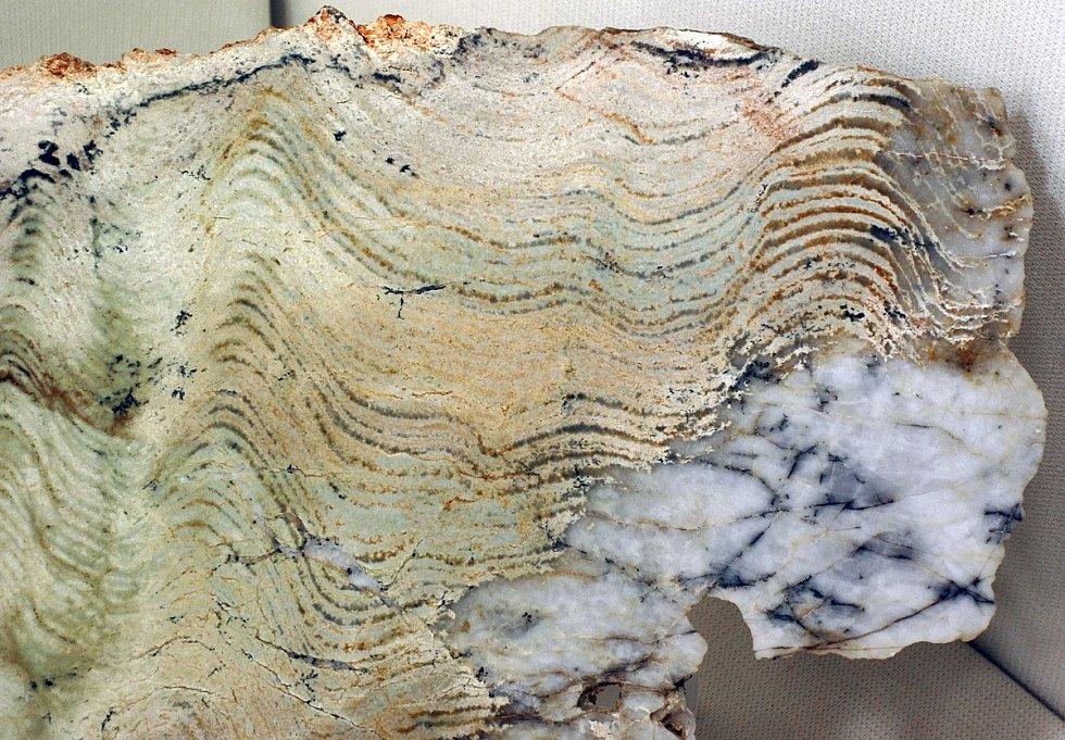Stromatolity jsou velké vrstvené struktury vytvářené rohožemi sinic