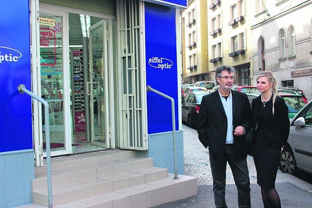 TADY TO ZAČALO. První provozovnu otevřel Eyüp Pekergin (na snímku s manželkou Andreou) v centru  Prahy v Ječné ulici. Dnes je na 35 místech v Česku a na každé pobočce je k dispozici přes 3000 odlišných modelů dioptrických či slunečních brýlí.