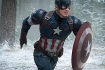 AVENGERS. Kapitán Amerika (Chris Evans) se vrací se svými přáteli do boje proti zlu.