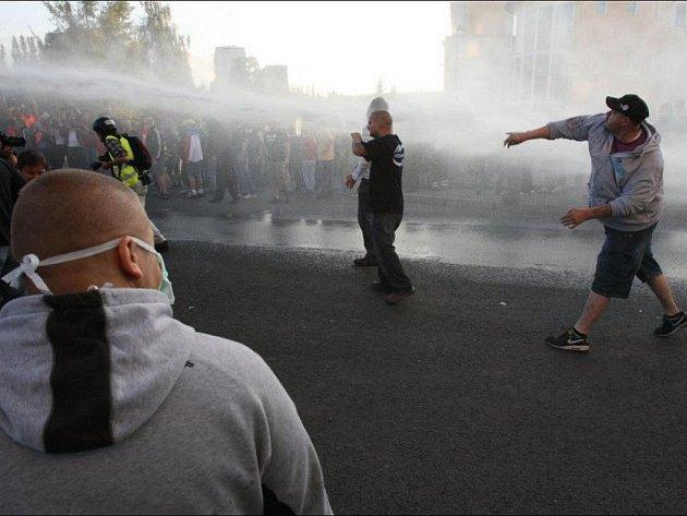 Demonstrace ve Varnsdorfu se zvrhla v potyčky mezi policií a protestujícími, kteří se chtěli vydat nepovolenou trasou.