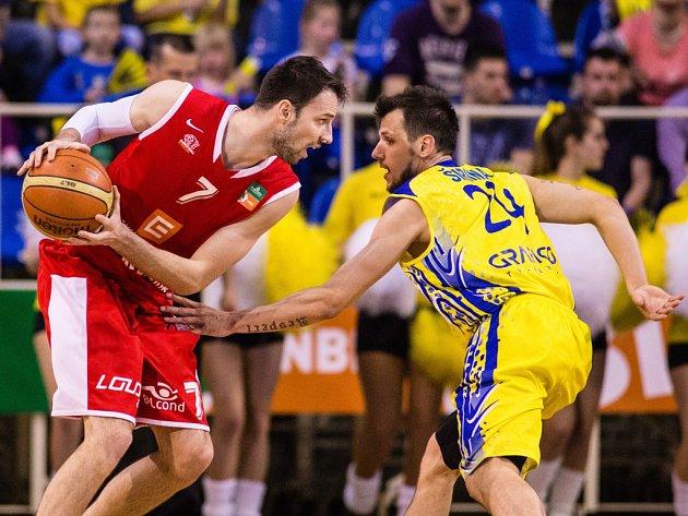 Basketbalista Vojtěch Hruban (vlevo).