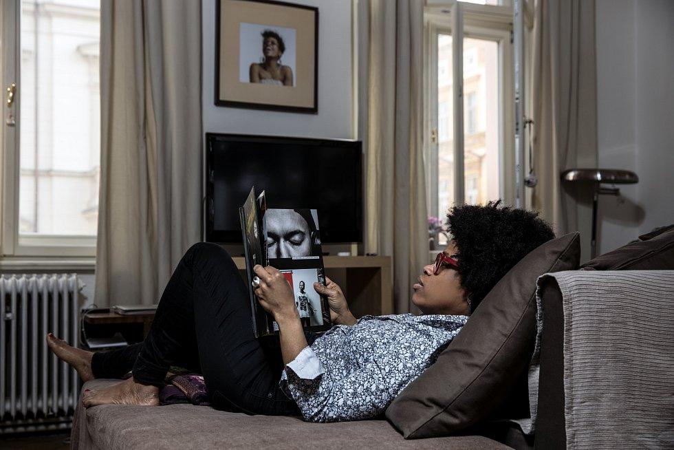 Tonya Graves miluje svůj gauč. Jejím snem je ale houpací síť.