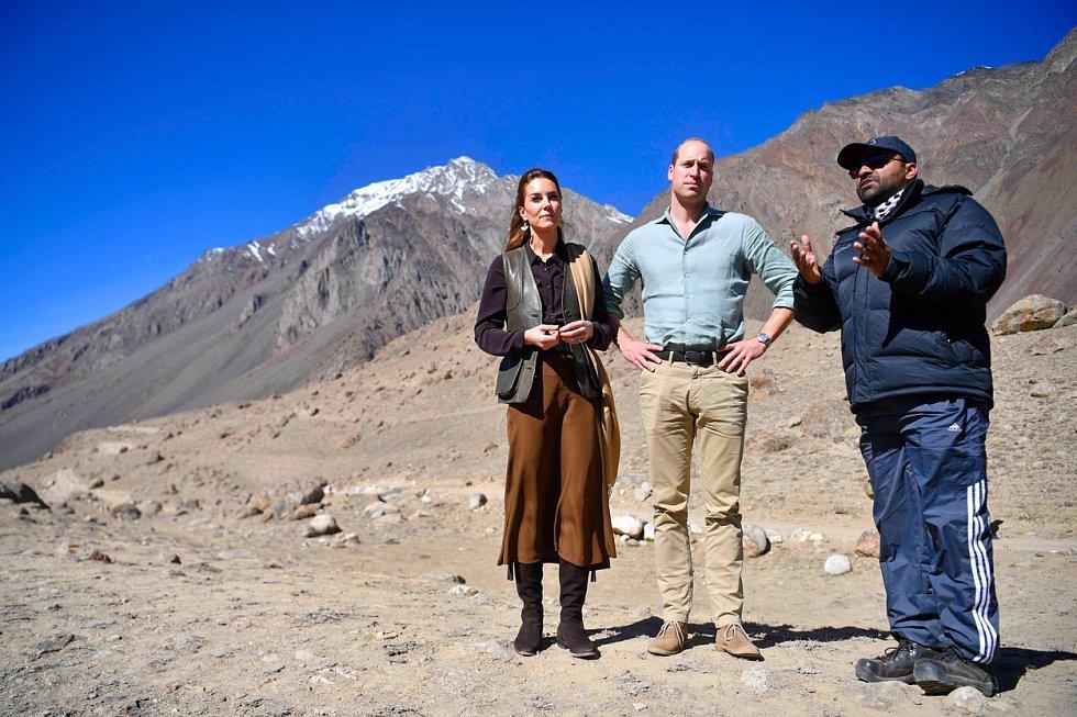 Královský pár při setkání s odborníkem na ledovce.