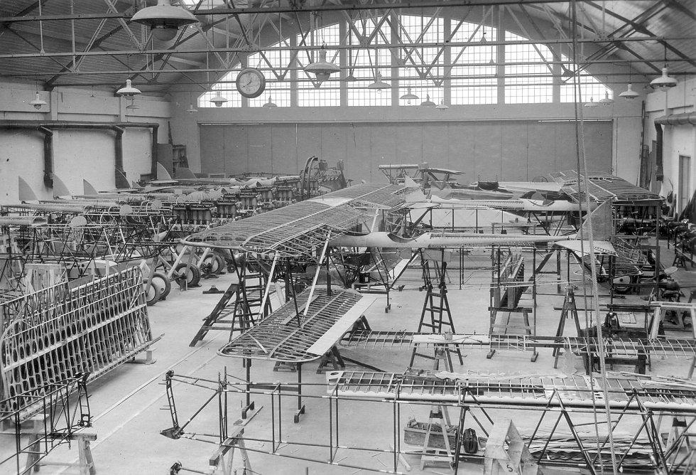 Letadla Aero se pohybovala na nejednom místě ve světě – vlečný A-29 s plováky v jugoslávské Boce Kotorské na střelnici námořnictva (1926).