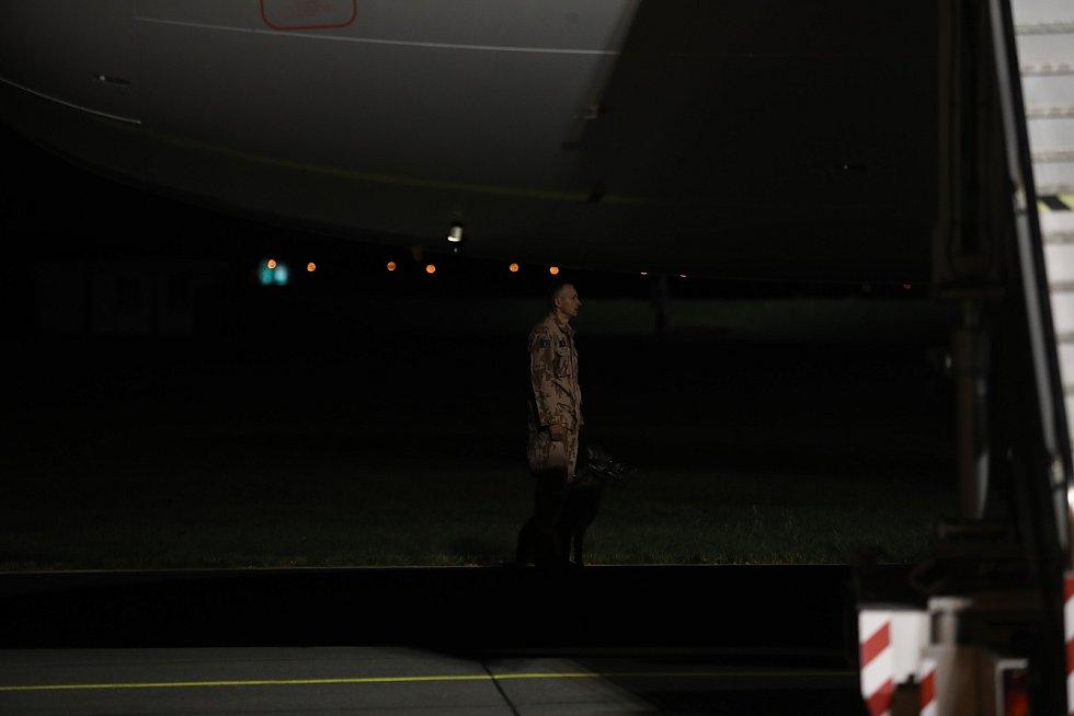 Letoun s ostatky Tomáše Procházky, jenž padl v Afghánistán, je v Česku. Smuteční ceremoniál.